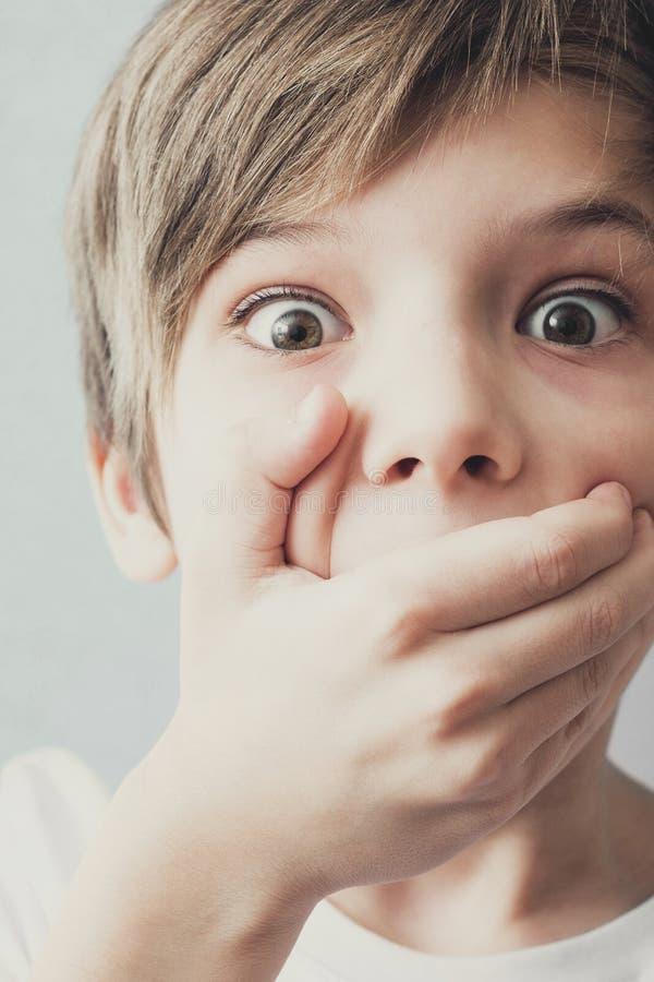 Porträt des erschrockenen Jungen lizenzfreie stockfotos
