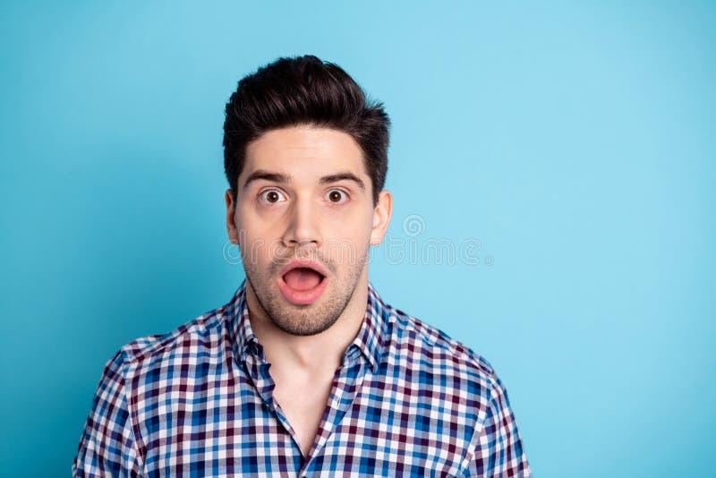 Porträt des erschrockenen lustigen flippigen netten Mannes, der erstaunt durch den unglaublichen schrecklichen geheimen Neuheitsg stockfoto