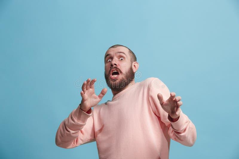 Porträt des erschrockenen Mannes auf Blau lizenzfreies stockbild