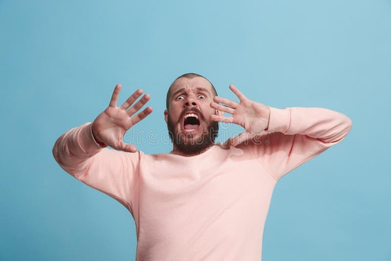 Porträt des erschrockenen Mannes auf Blau stockbilder