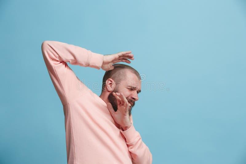 Porträt des erschrockenen Mannes auf Blau stockfoto