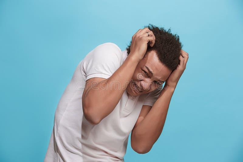 Porträt des erschrockenen Mannes auf Blau stockfotografie