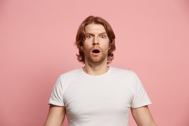 Porträt des erschrockenen Mannes auf Rosa stockbild