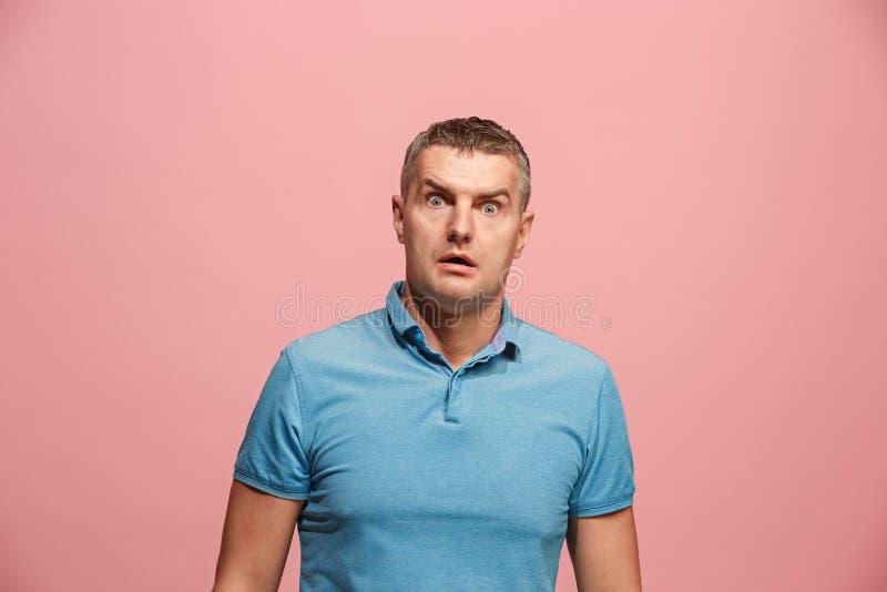 Porträt des erschrockenen Mannes auf Rosa lizenzfreies stockfoto