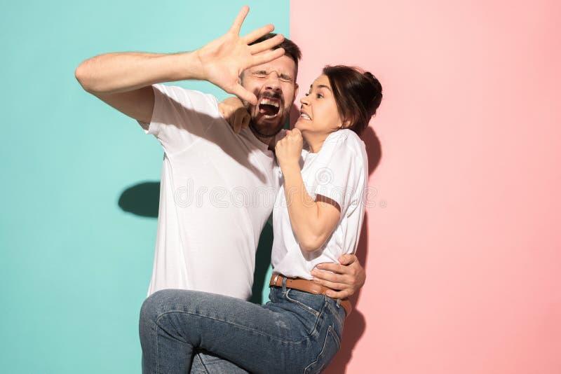 Porträt des erschrockenen Mannes und der Frau auf Rosa und Blau lizenzfreie stockbilder