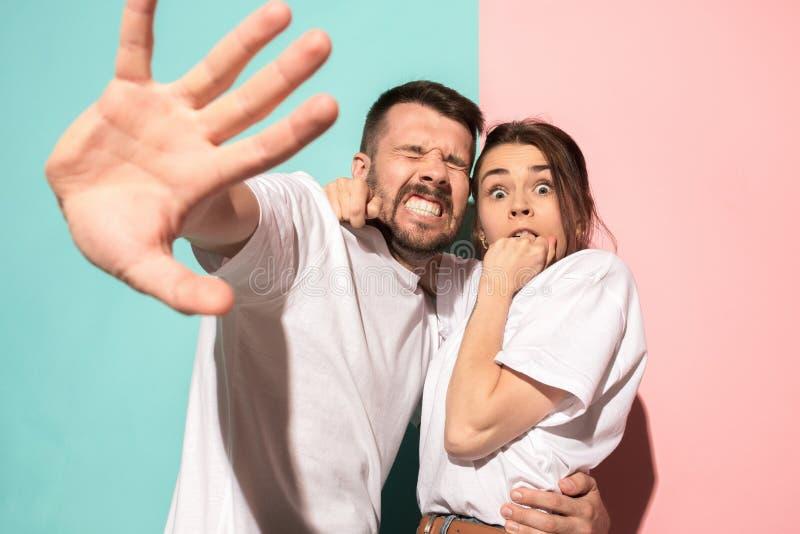 Porträt des erschrockenen Mannes und der Frau auf Rosa und Blau lizenzfreie stockfotos