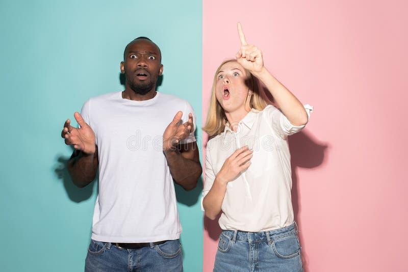 Porträt des erschrockenen Mannes und der Frau auf Rosa und Blau stockfotos