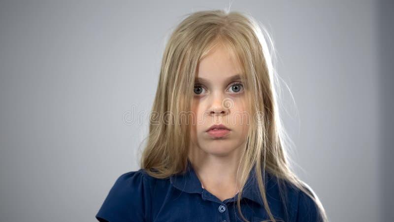 Porträt des erschrockenen Schulmädchens, Kind, das nach Eltern, Sorgerechtannahme sucht lizenzfreies stockfoto