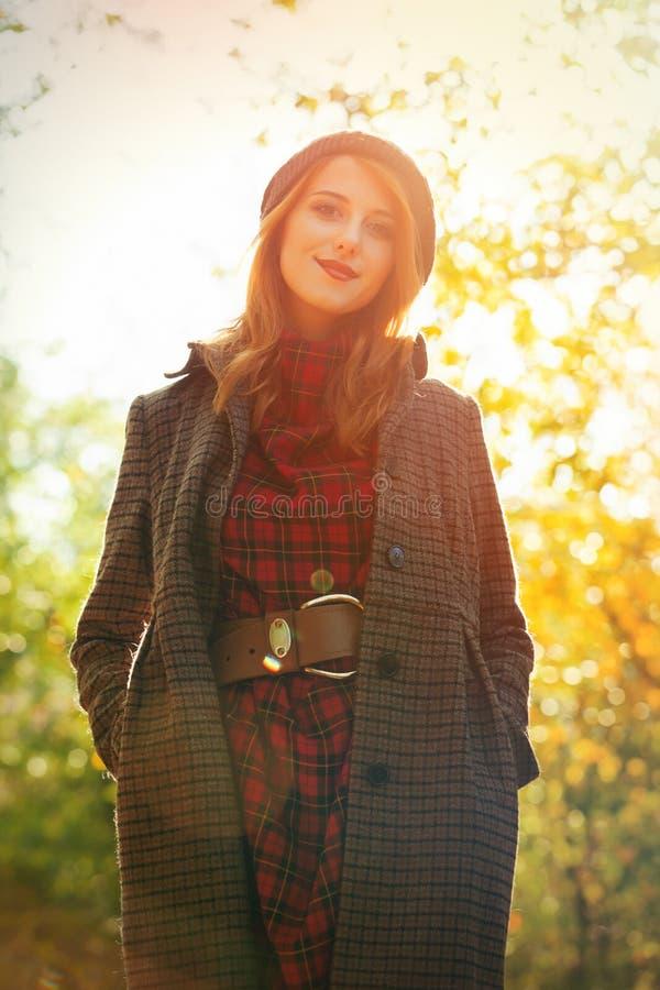 Porträt des erwachsenen Mädchens im Mantel lizenzfreie stockbilder