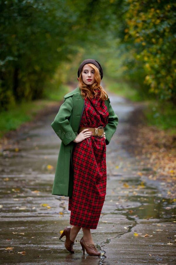 Porträt des erwachsenen Mädchens im Mantel lizenzfreies stockfoto