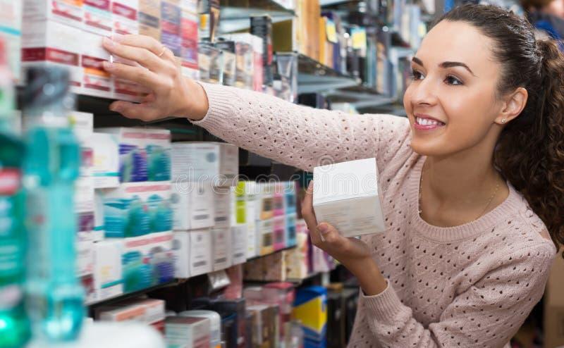 Porträt des erwachsenen Mädchens skincare vorwählend lizenzfreie stockfotos