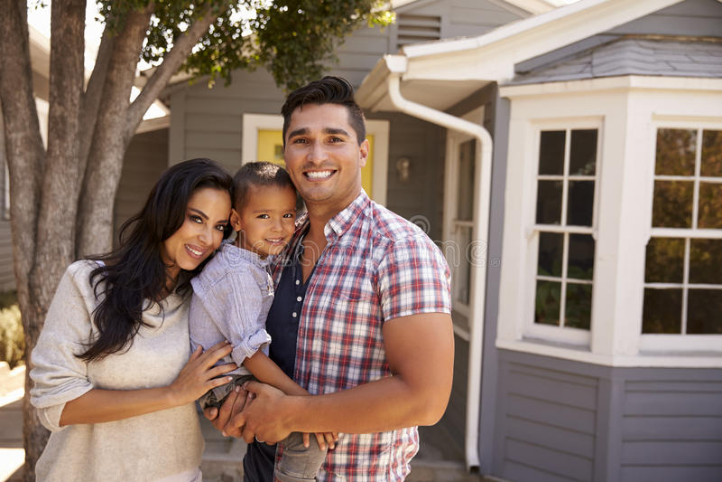 Porträt des Familien-stehenden äußeren Hauses lizenzfreies stockbild