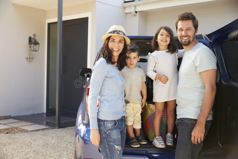 Porträt des Familien-Verpackungs-Autos bereit zu den Sommer-Ferien stockfotografie