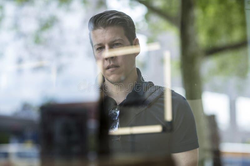 Porträt des Fenster-Einkaufsmannes lizenzfreie stockfotografie