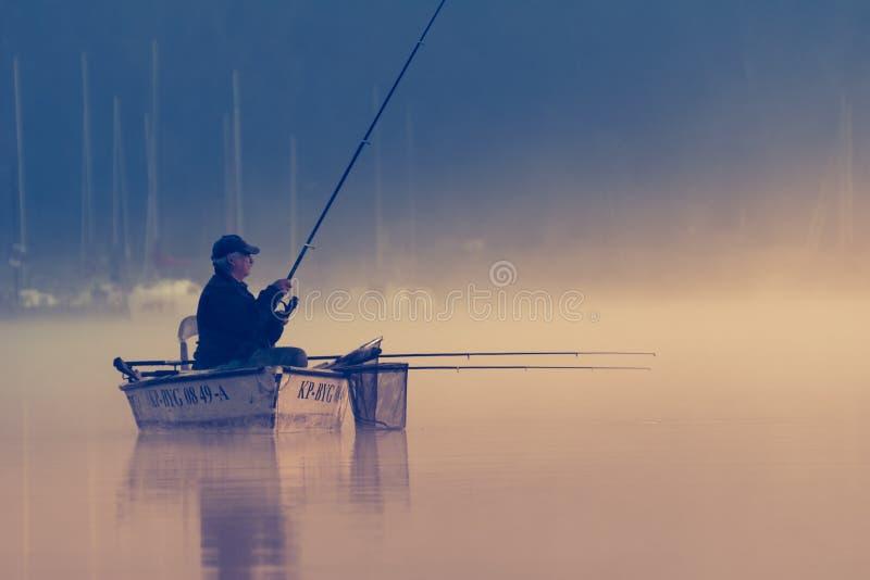 Porträt des Fischers im Bootsfischen lizenzfreie stockfotos