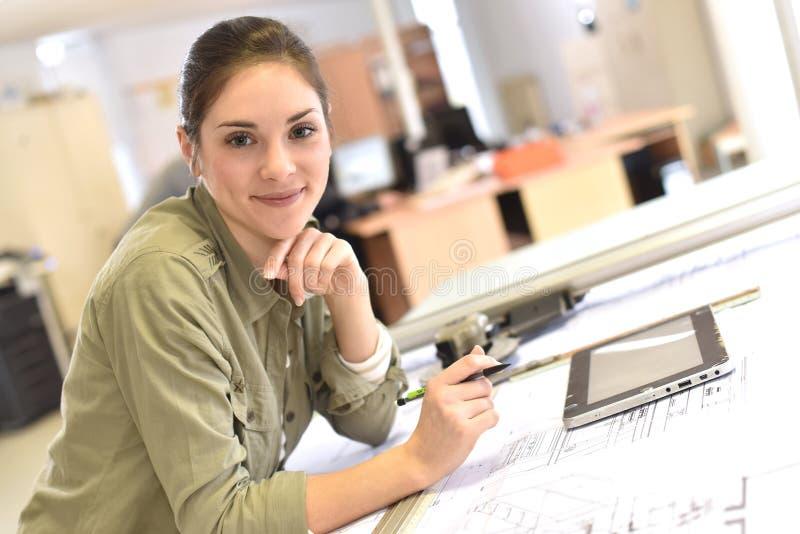 Porträt des Frauenarchitekten arbeitend im Büro mit Tablette lizenzfreies stockfoto
