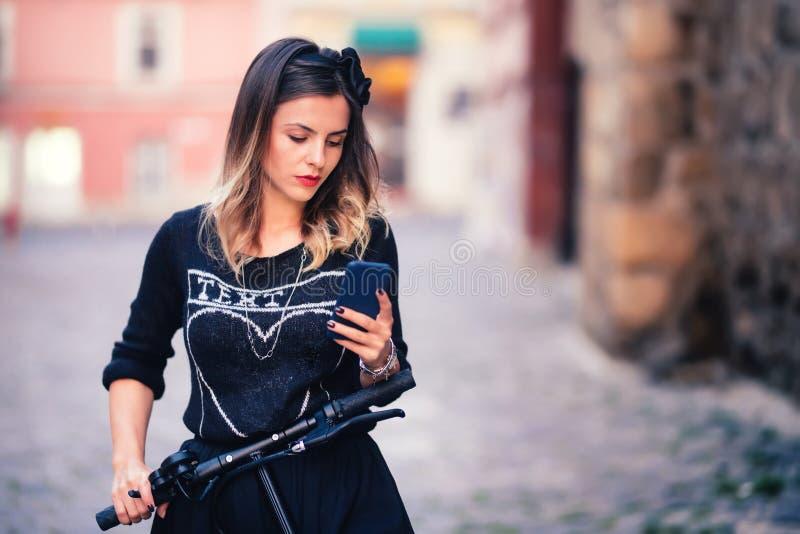 Porträt des Frauenschreibenstextes und -aufgabe auf Social Media Modernes Leben führt Konzept einzeln auf lizenzfreies stockbild