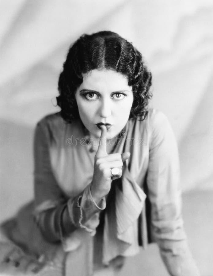 Porträt des Frauenzum schweigen bringens (alle dargestellten Personen sind nicht längeres lebendes und kein Zustand existiert Lie lizenzfreie stockfotografie