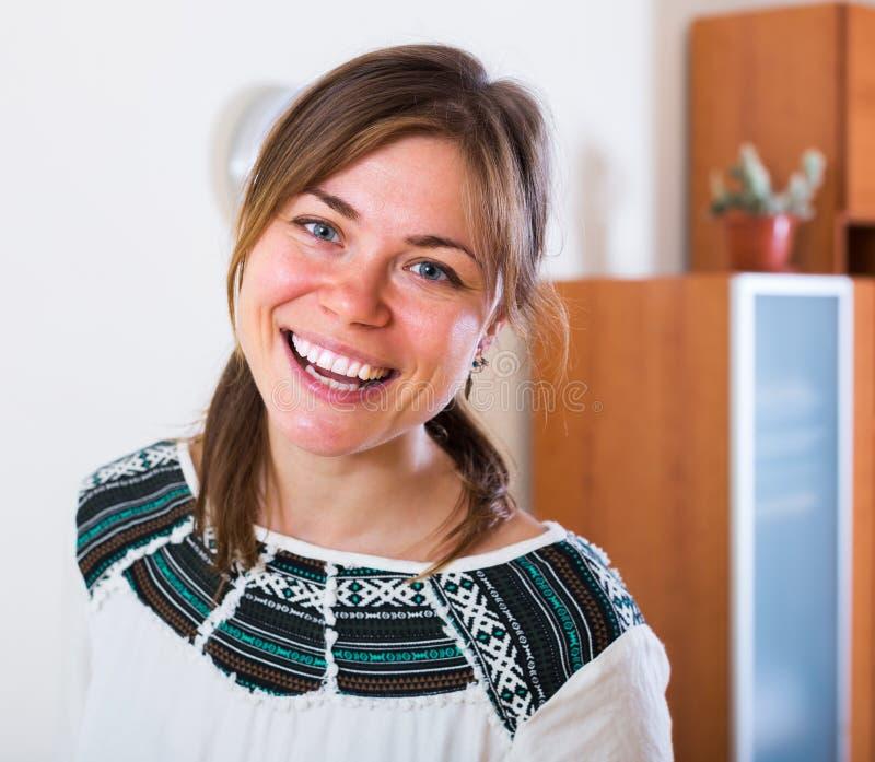 Porträt des freundlichen Brunettemädchens stockfotografie