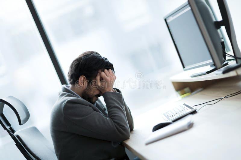 Porträt des frustrierten Geschäftsmannes, der Probleme in seinem Arbeit hat lizenzfreie stockfotografie