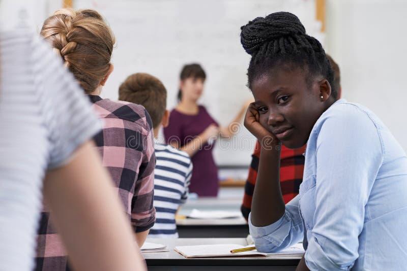 Porträt des gebohrten Jugendschülers in der Klasse lizenzfreies stockfoto