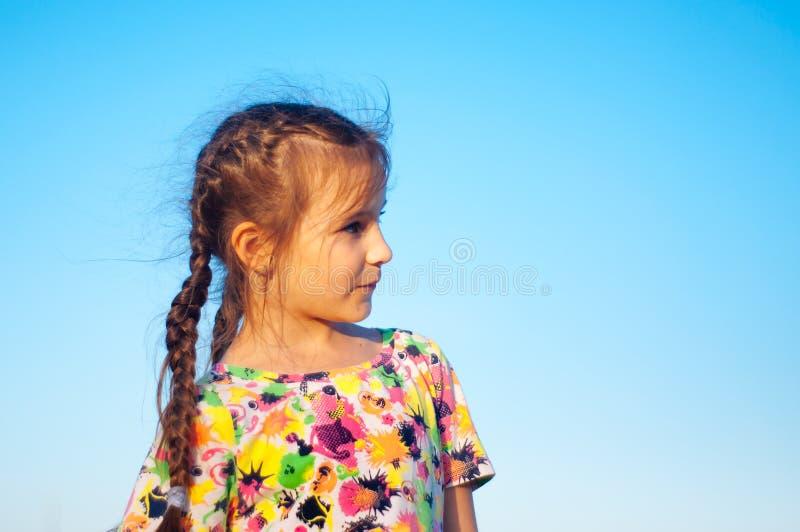 Porträt des gebräunten fünf Mädchen Porträt-Porträts eines gebräunten kleinen Mädchens in sundress durch das Meer lizenzfreie stockfotos