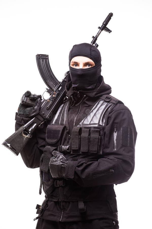 Porträt des gefährlichen Banditen im schwarzen tragenden Kopfschutz und in der Hand im halten Gewehr stockbild