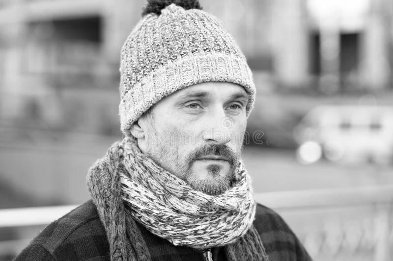 Porträt des gefühllosen reifen Mannes, der den Abstand untersucht stockbild