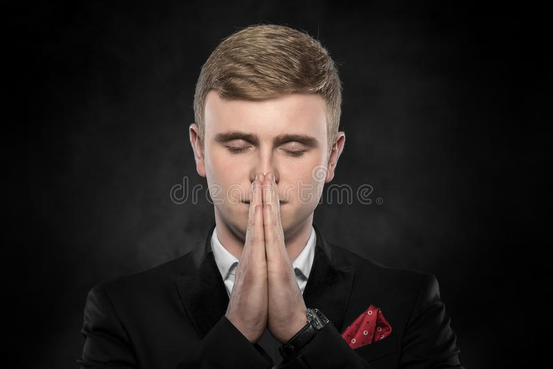 Porträt des Geschäftsmannes betend oder denkend stockbilder