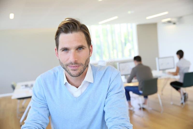 Porträt des Geschäftsmannes mit blauem Hemd stockfotos