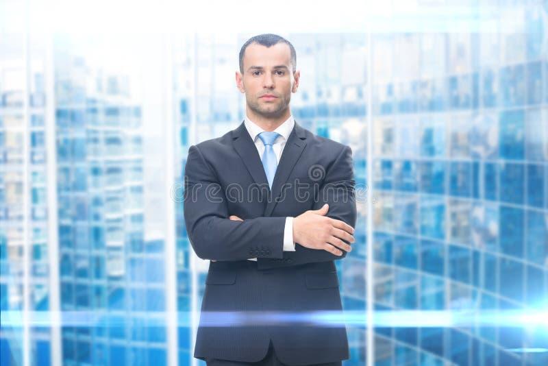 Porträt des Geschäftsmannes mit den Armen gekreuzt lizenzfreie stockbilder