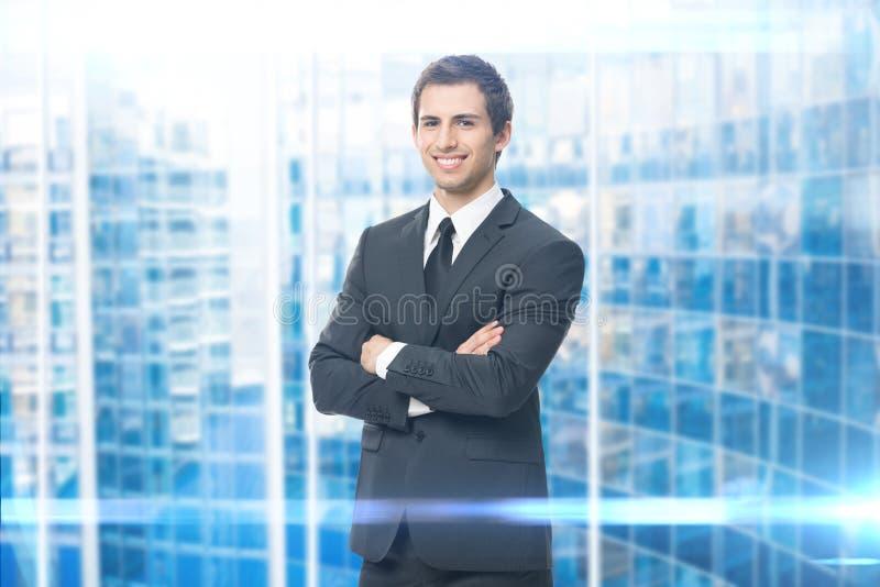 Porträt des Geschäftsmannes mit den gekreuzten Armen stockfoto