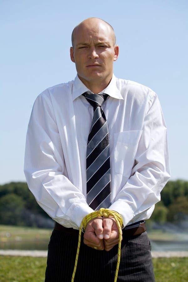 Porträt des Geschäftsmannes mit den Händen gebunden mit Seil stockbilder