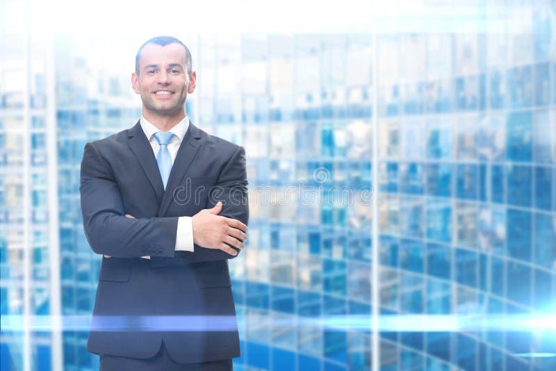 Porträt des Geschäftsmannes mit den Händen gekreuzt lizenzfreies stockbild