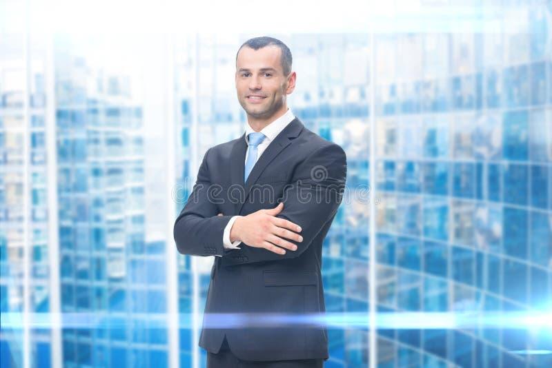 Porträt des Geschäftsmannes mit den Händen gekreuzt lizenzfreie stockfotos