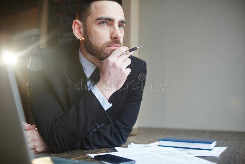 Porträt des Geschäftsmannes Solving Problems stockbilder