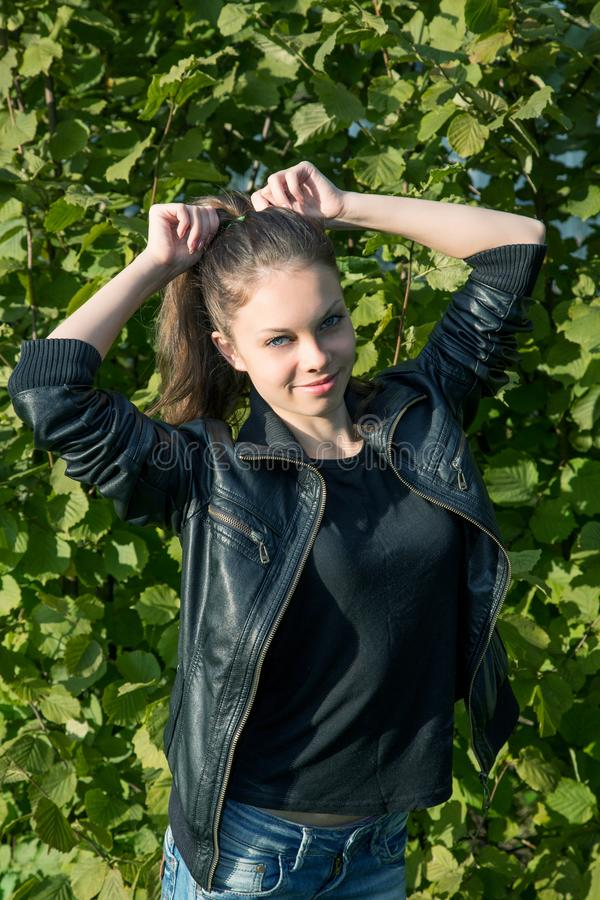 Porträt des gir Sommers unter Laub stockfotos