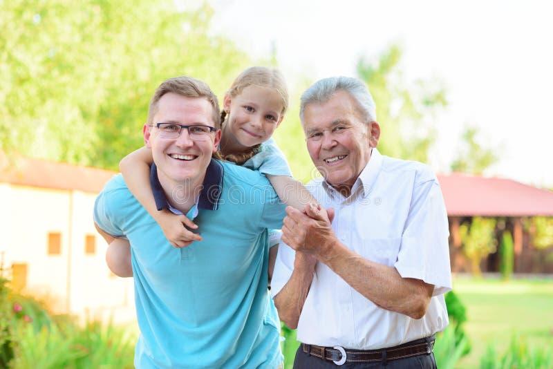 Porträt des glücklichen alten Großvaters und der netten Kinder stockfoto