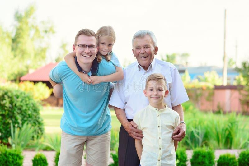 Porträt des glücklichen alten Großvaters und der netten Kinder lizenzfreies stockfoto