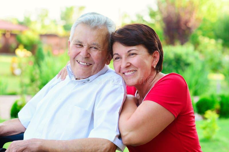 Porträt des glücklichen alten Vaters und seiner 50 Jahre Tochter lizenzfreie stockbilder