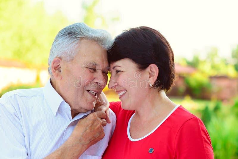 Porträt des glücklichen alten Vaters und seiner 50 Jahre Tochter stockfotos
