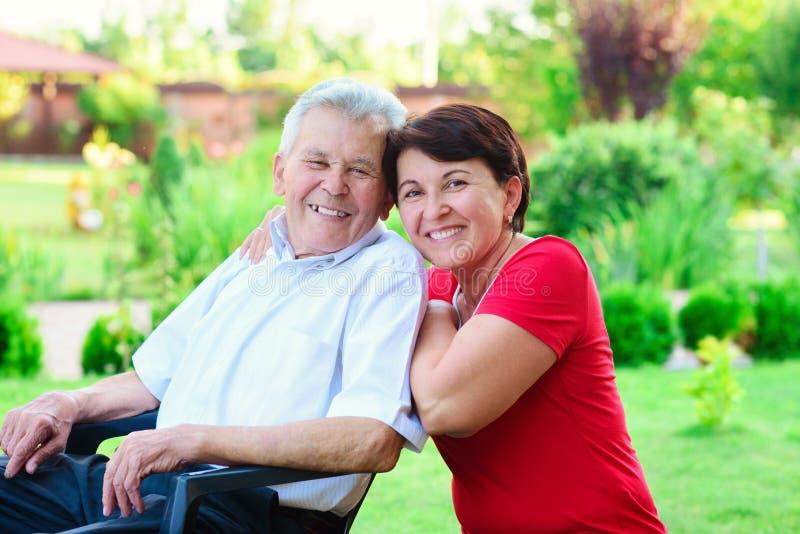 Porträt des glücklichen alten Vaters und seiner 50 Jahre Tochter stockfotografie