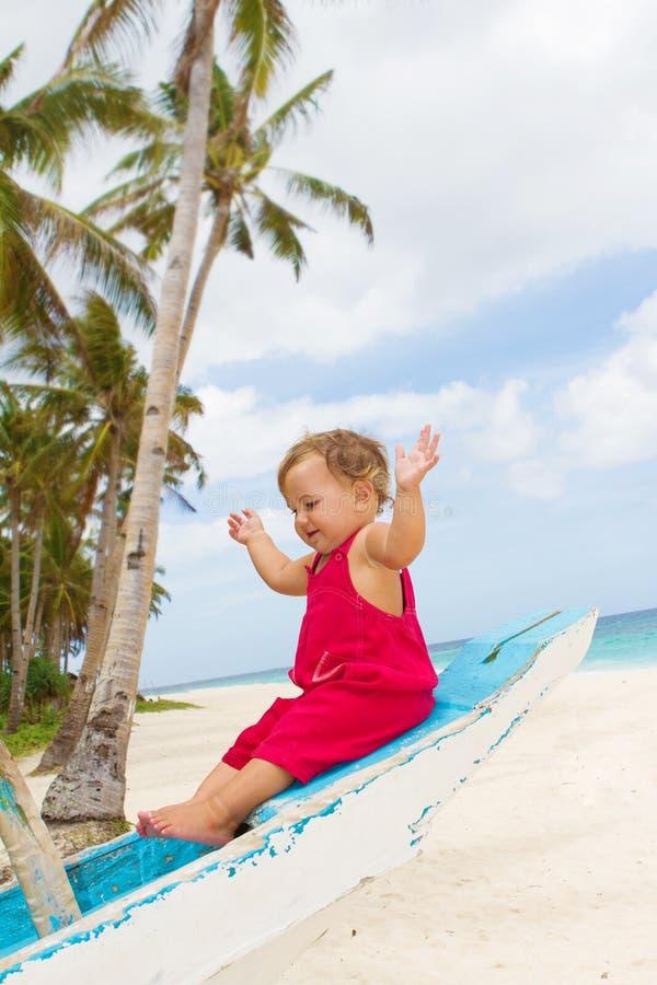 Porträt des glücklichen Babykindes an Bord von Seeboot lizenzfreie stockbilder
