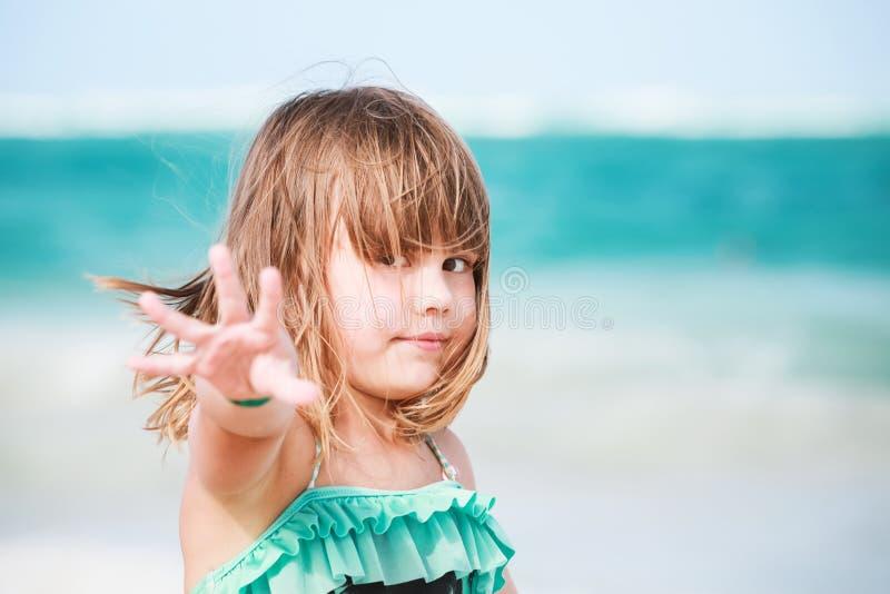 Porträt des glücklichen blonden Babys stockbild