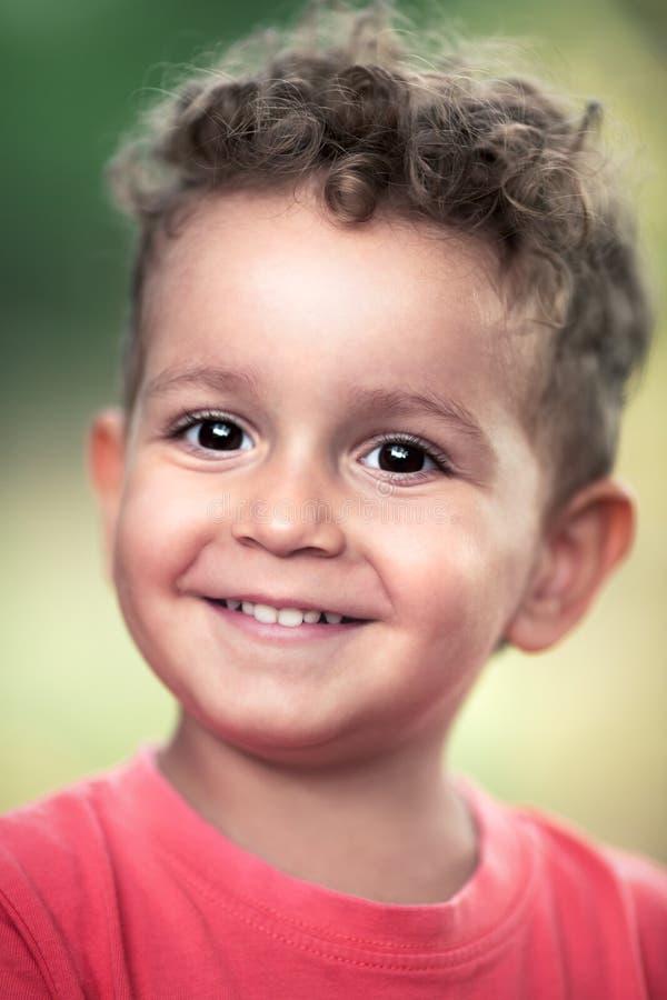Porträt des glücklichen frohen kleinen Jungen im Park stockfoto