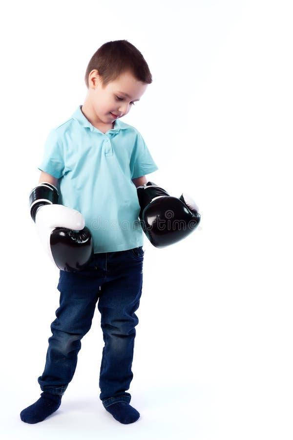 Porträt des glücklichen frohen schönen Jungen stockfotografie