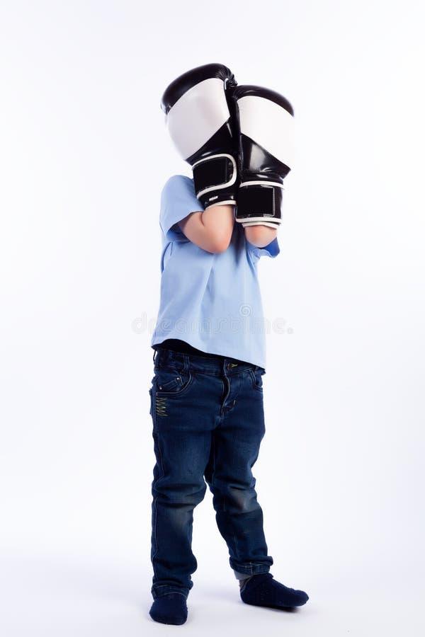 Porträt des glücklichen frohen schönen Jungen lizenzfreie stockfotografie