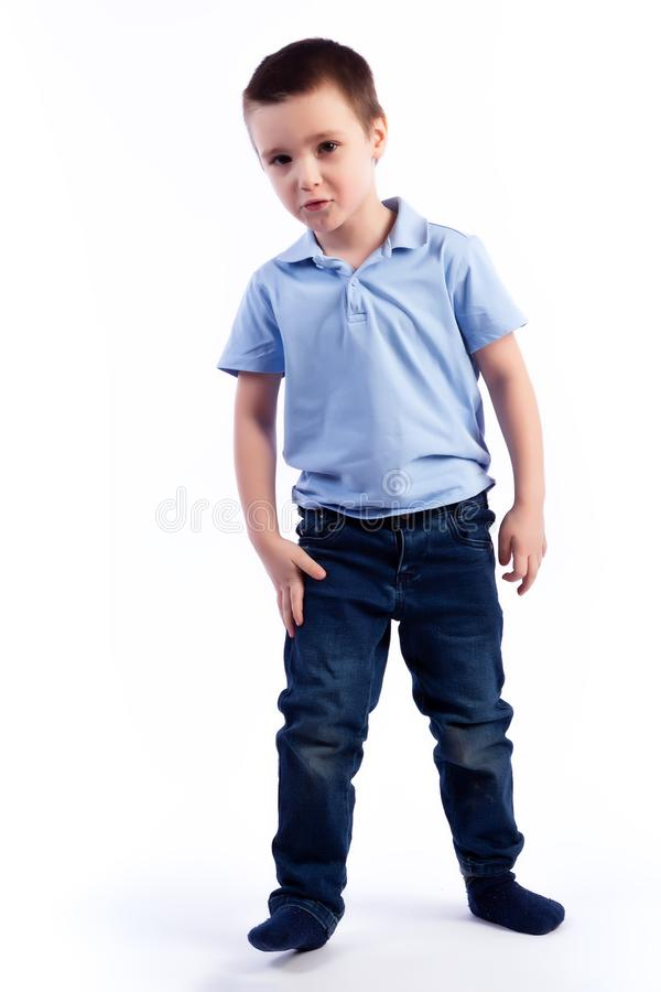 Porträt des glücklichen frohen schönen Jungen stockfoto