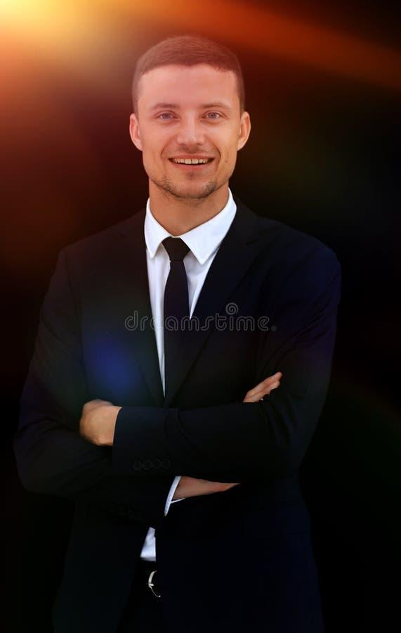 Porträt des glücklichen Geschäftsmannes lokalisiert auf einem dunklen Hintergrund stockfoto