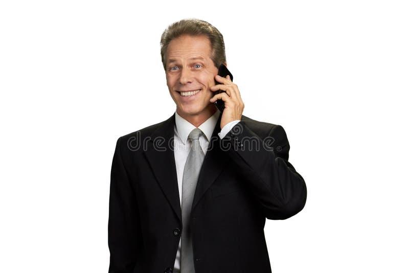 Porträt des glücklichen Geschäftsmannes sprechend am Telefon stockbild